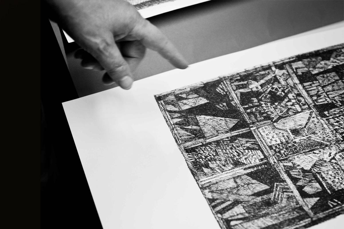 Giulio Candussio mostra un disegno a china nel suo Atelier a Spilimbergo (PN)